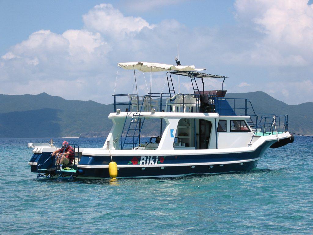 加計呂麻島ダイビング&ペンションRIKI。大型ボートで快適ダイビング。