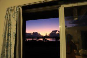 窓から朝焼け
